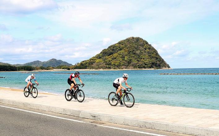 画像:海岸を走るサイクリスト