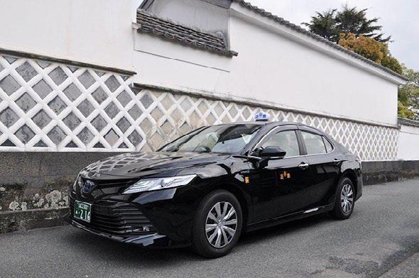 画像:白壁とタクシー